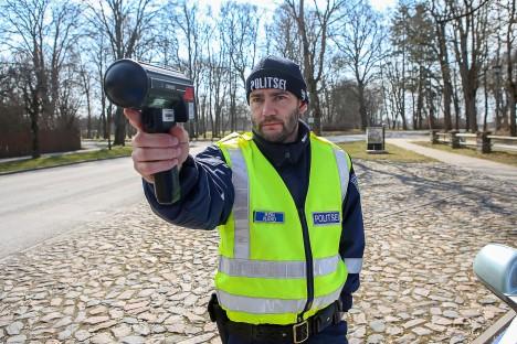 """KIIRUST MÕÕTMAS: """"Juhus on pime,"""" arvab arestikambri vanem, komissar Rein Rand, märkides, et kiiruseületajaid võib põhimõtteliselt kohata kõikjal, kus autod liiguvad. MAANUS MASING"""
