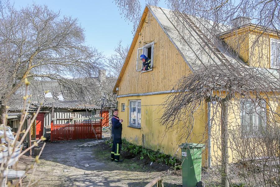 """Esmaspäeval üks minut enne keskpäeva teatati häirekeskusele, et Kuressaares J. Smuuli tänava ühest elamust tuleb tossu. Kohapeal selgus, et puitmaja teisel korrusel oli hooletust kütmisest süttinud põrand. """"Päästjate sõnul oli […]"""