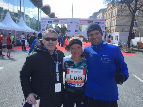 TÖÖ TEHTUD: Treener Harry Lemberg, Leila Luik ja Tiidrek Nurme on pärast jooksu rahulolevad. ERAKOGU