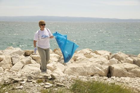 PUHTAMAKS: Eva koristab kõikjal. Fotol on ta Horvaatiat puhtamaks tegemas. ANNELI OHVRIL