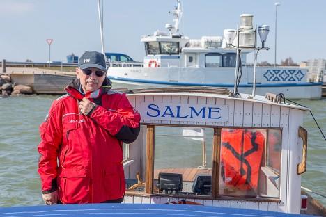 ABRUKA PAADIMEES: Ka äsja alanud navigatsioonihooajal peab Kaarel Kitt mootorpaadiga Salme ühendust Abruka ja Roomassaare vahel. MAANUS MASING
