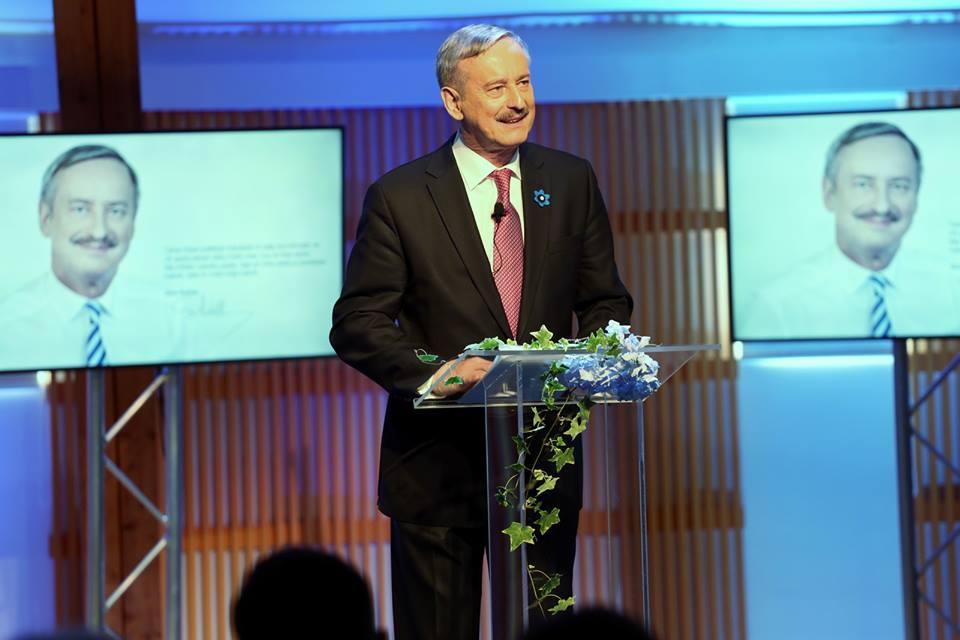 Euroopa Komisjoni endine asepresident ja Reformierakonna auesimees Siim Kallas pidas laupäeval rahvusooper Estonia kammersaalis kõne, milles teatas ametlikult enda kandideerimisest Eesti presidendiks. Kallas küsis oma kõnes, miks peaks üks pensionieas […]
