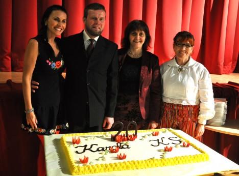 Karala külaelu arendamise seltsi juhatus poseerimas seltsi 20. aastapäeval juubelitordiga. Vasakult Lilian Maastik, Tamur Maddisson, Kaja Juulik ja Kaja Muruvee. MERIKE LIPU