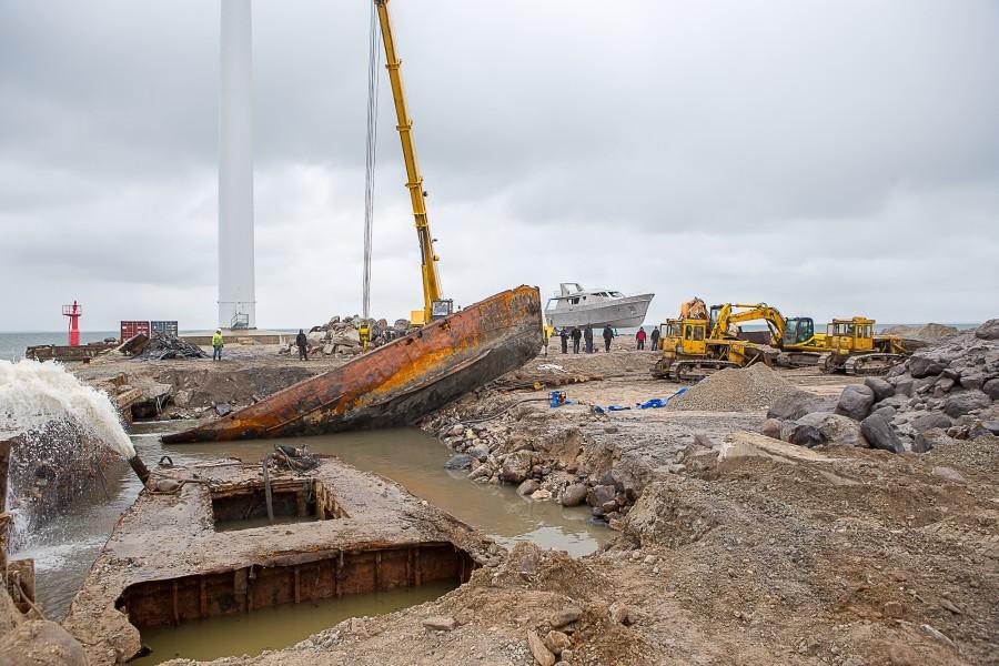 AS-i Baltic Workboats uue dokibasseini ehitamise ettevalmistustööde käigus tuli möödunud nädalal kai alt välja kaks kalatraalerit. Üks neist õnnestus eile pika pusimise peale ka veest välja saada.  Baltic Workboatsi […]
