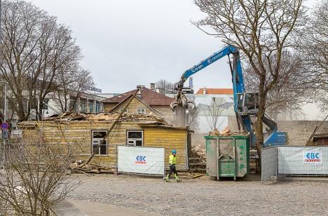MAATASA: Raekoja 2 maja vundament oli vajunud ja vertikaalselt pragunenud paljudes lõikudes. Välisseinte laudis oli majasikust, vammist ja vihmaveeleketest kahjustatud. MAANUS MASING