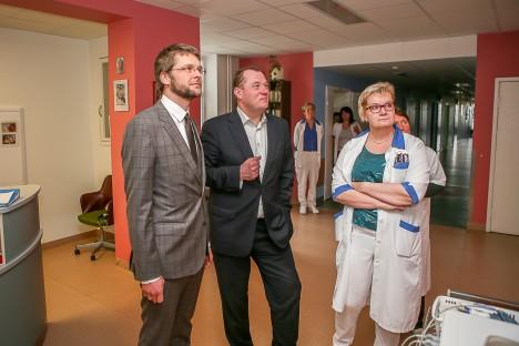 HAIGLAJUHTIDEGA: Jevgeni Ossinovski koos Kuressaare haigla juhatuse liikmete Märt Kõlli ja Marje Nelisega. MAANUS MASING