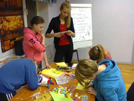 Tüdrukud meisterdavad saalikaunistusi. Vasakult ümber laua Lisandra Roos (kummargil), Darelyan Pähn, Gabriela Grahv, Liisi Leppik, Lucia Tänak.  MARET METSMAA