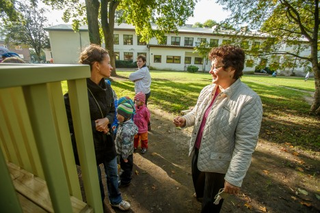 UUE MAJA OOTUS: Pargi lasteaia töötajad ja lapsed saavad tuleval aastal täiesti uue maja. Fotol esiplaanil paremal juhataja Riina Saar, vasakul õpetaja Kristina Kalf. TAMBET ALLIK
