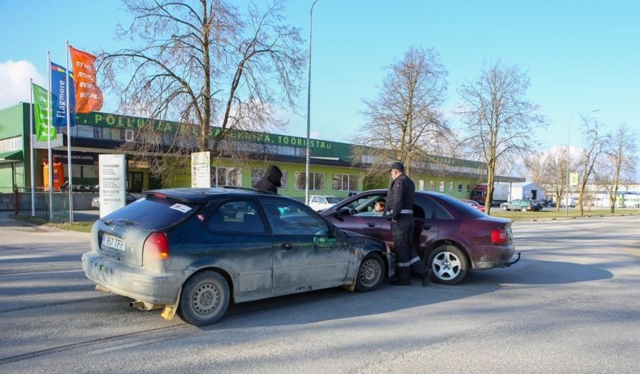 Laupäeva varahommikul kell 6.02 juhtus liiklusõnnetus Valjala vallas Valjala–Laimjala maantee 3. kilomeetril, kus sõiduautot Honda Civic juhtinud alkoholijoobes 28-aastane mees kaldus vastassuunavööndisse ja sõitis teelt välja kraavi. Sõiduk paiskus seejärel […]
