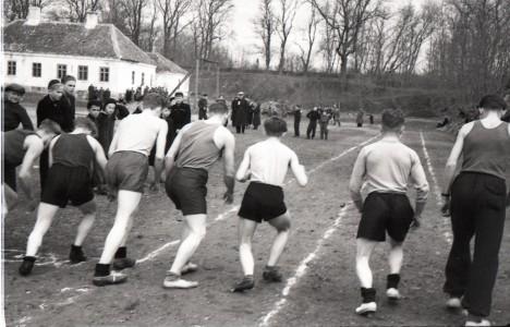 START: Fotole on jäänud 1955.  antud jooksu start. Vasakul esiplaanil olevas hoones asus 1933 Strandmani veinikelder, kus väidetavalt staadioni sobivuseks tähtis hinnang saadi. SAAREMAA MUUSEUM
