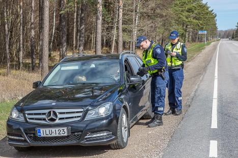 SAI NOOMIDA: Ilme Õunapuu ja Joonas Aavik pidasid kinni Soome numbrimärgiga sõiduki, mis sõitis 90 km/h alas kiirusega 99. Trahvist juht seekord pääses, küll aga sai ta noomida. MAANUS MASING