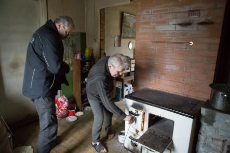 OJU KÜLAS: Veebruaris käis Gerhard Rooda mitmel pool maakonnas eakate inimeste kodudes küttekoldeid kontrollimas. Fotol koos majaperemees Eimar Kiviga. TAMBET ALLIK