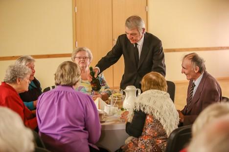 HEAD-PAREMAT PEOLAUALE: Iljus Heinlaid kostitab lauanaabreid ergutava joogiga. Temast vasakul Mati Saar, paremal Aili Nuum.  MAANUS MASING