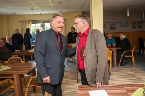 MEEDIKUD OMAVAHEL: Seeniorklubi juhatuse liige Viktor Sarapuu (paremal) tänas doktor Andres Sarjast heade nõuannete eest, öeldes, et kõik mehed tahavad terved olla.  MAANUS MASING