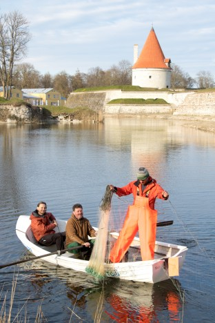 VÕRGUTAMAS: Kes teeb tööd, kes lõbusõitu. Kaido Tiit ja Martin Mai püüavad linna palvel kala, KuKuu peakokk Toomas Leedu tuli aga niisama lustiks kaasa. IRINA MÄGI