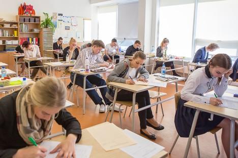 KURESSAARE GÜMNAASIUMIS: Keskmises reas on eksami kirjaliku osaga ametis Mairi Kukk, Kaisa Kuusksalu ja Mattis Käst.  MAANUS MASING