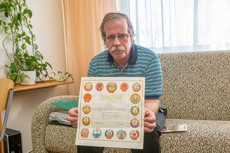 TÄNUTÄHEKS AUKIRI: Tšernobõlis käinud Holger Lepik oma kodus Kuressaares minevikku meenutamas. MAANUS MASING