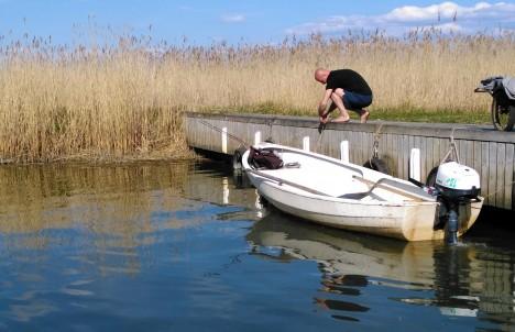 ÕNNESTUNUD PAAT: Kõrkvere elanik Martin Sepp kasutab kalal käimiseks naabrimees Ants Tammlehe Kasse paati. Tammlehe valduses olev kõige esimene Kasse tehase paat on praegu veel vette laskmata. ANDRES SEPP