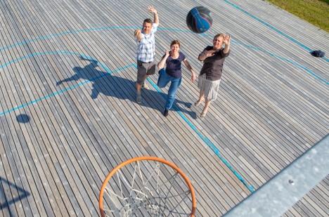 PALL KORVI! Pihtlas on SKK toetanud MTÜ Saaremaa Korvpall korvpalliväljakute rajamist. Sealsed palli põrgatamise võimalused proovisid omal käel järele SKK nõustajad Ivar Ansper ja Sulvi Munk ning tegevjuht Terje Aus. MAANUS MASING