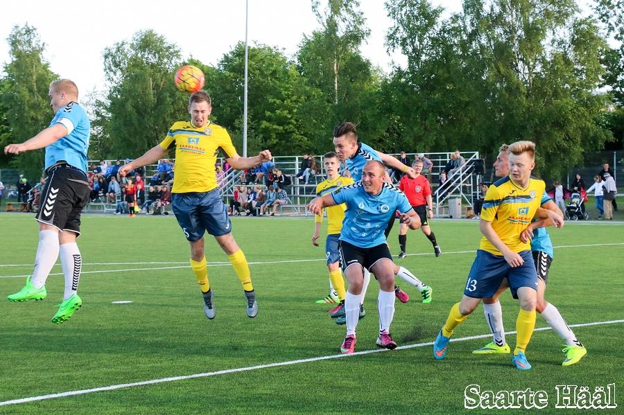 """Eelmisel aastal jalgpallimaavõistlusel Kärdlas Hiiumaalt saadud 0 : 2 kaotus andis Saaremaa koondise meestele sellise motivatsiooni revanšiks, et vastane alistati Saaremaal seekord koguni tulemusega 7 : 2. """"Meeleolu on super, […]"""