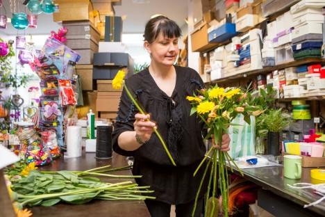 OOTAMATU TELLIMUS: Saaremaa kaubamajas lillepoodi pidav Kaade Rosin loodab lähiajal lillekimpude tegemise uuele töötajale üle anda. MAANUS MASING