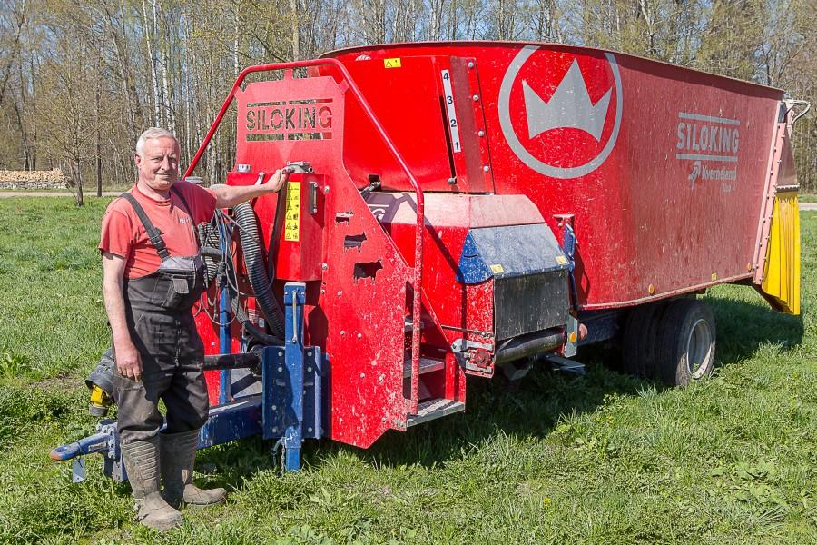 """Muhu Farmid otsib oma Hellamaa lüpsilauta traktorist-söötjat. Tööle kandideerijal peaks olema T-kategooria juhiluba, kuna tegu ei ole mitte lihtsalt roolikeeramisega, vaid traktor on ühendatud nüüdisaegse loomasöödamikseriga. """"Kindlasti on vajalik eelnev […]"""