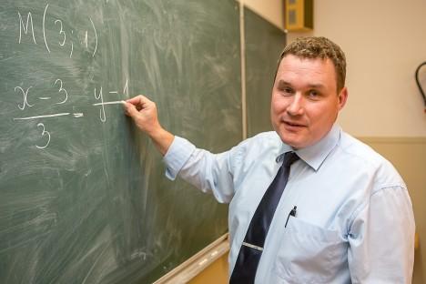 POPULAARNE ÕPETAJA, EBAPOPULAARNE AINE: Marek Schapeli kinnitusel nõuab matemaatika järjepidevat tööd. Foto: MAANUS  MASING