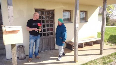 LILLED VETTE: Proua Ainolt saadud lilled lubas Andrus Sunduk oma kaasale edasi anda. Foto: Raul Vinni