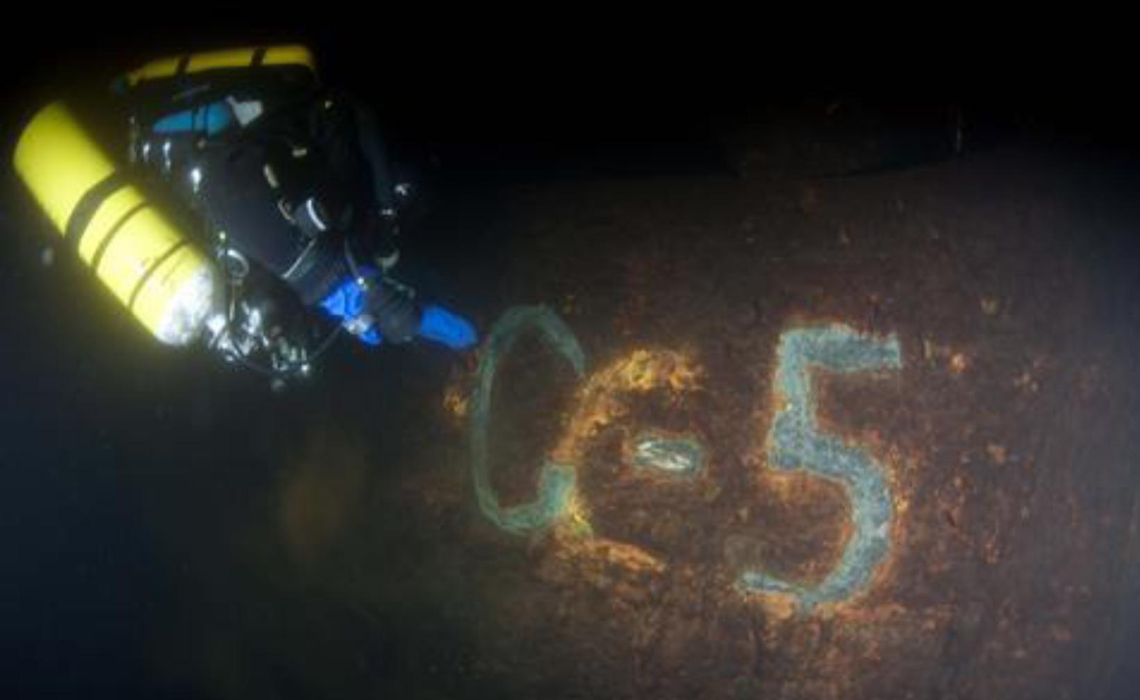 """Allveelaeva vrakk lokaliseeriti lehviksonariga oktoobris 2010 Veeteede Ameti meremõõdistustööde käigus poilaevalt Sektori. Identifitseeriti allveelaeva S-5 vrakina 2012. aastal Soome sukeldumisklubi """"Divers of the Dark"""" sukeldujate poolt.  Vaade vasakpoolsele sõukruvile. […]"""