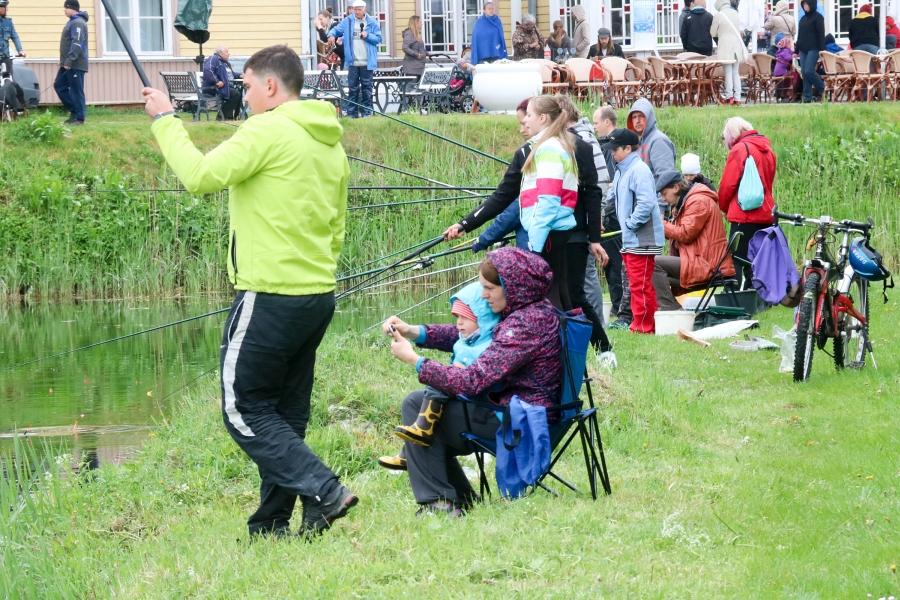 Pühapäeva hommikul kogunes vaatamata sombusele, vihmasele ja külma tuulega ilmale Kuressaare kuursaali taha kenake hulk kalasõpru, et pidada maha kalapüügivõistlus Lossikala 2016. Algselt oli kavas lõpetada püük kella kahe ajal, […]