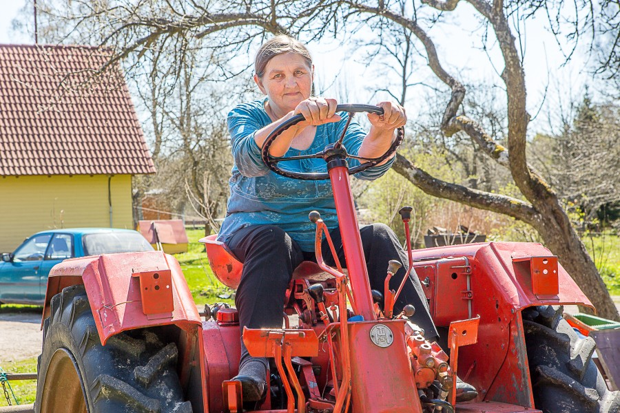"""Tänavu aasta ema tiitli pälvinud Koidu Heinmaa on tagasihoidlik inimene ja tunnustusega kaasnenud tähelepanust meie kohtumisel ilmselgelt kohmetu. Õnnitluste ja lillede peale muigab ta vaid. """"Minusugune maainimene… perifeerias nagu ma […]"""