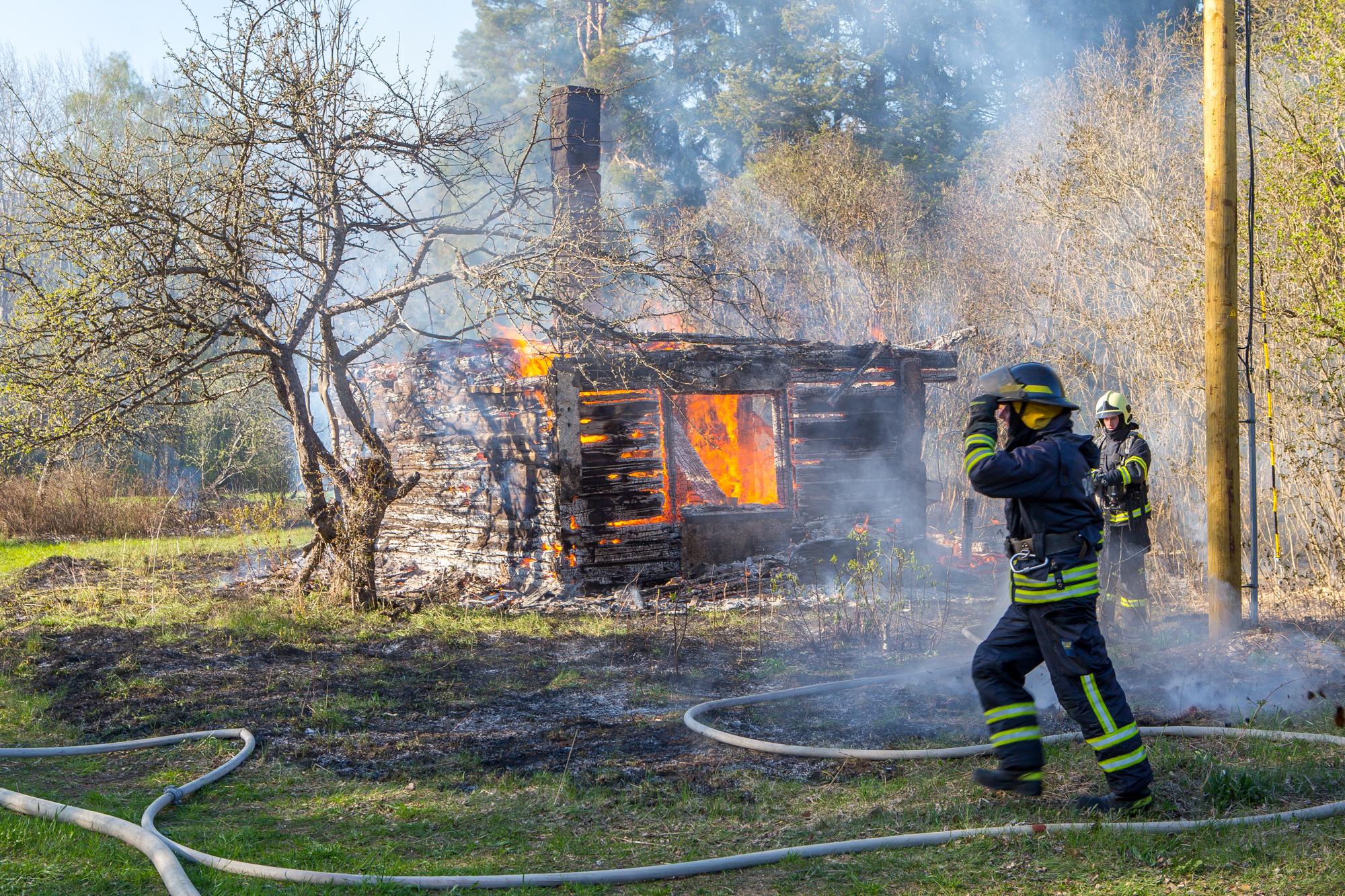 """Pühapäeval kell 17.45 teatati Häirekeskusele tulekahjust Pihtla vallas, Reo külas. Teataja sõnul põles ühekordne saunamaja. Päästjate saabudes oli hoone praktiliselt hävinud. """"Meie saabudes põles ühekordne saunamaja lausleegiga ja katus oli […]"""