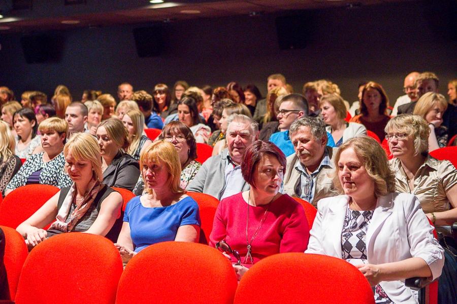 Teisipäeva õhtul ootasid Kuressaare linnajuhid linnateatrisse Indrek Taalmaa monoetendusele Kuressaare suuremate tööandjate esiletõstetud töötajaid. Ühtekokku 77 ettevõttele, sihtasutusele ja mittetulundusühingule saadetud pöördumises paluti teatrikutse edasi anda töötajatele, keda ettevõte ise […]