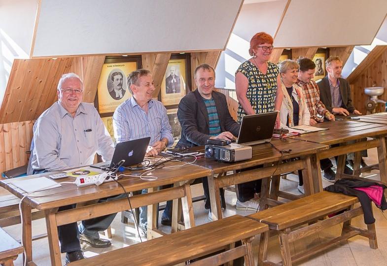 """Kuressaare püüdele ühendada kogu Saaremaa alustasid vastukaaluks koondumist viie idapoolse valla esindajad. Esmaspäeval Anglas toimunud ajaloolisel Ida-Saaremaa valdade esimesel ühinemiskoosolekul lepiti kokku edasine tegevuskava ja vaidlema ei kiputud. """"Kõik läksid […]"""