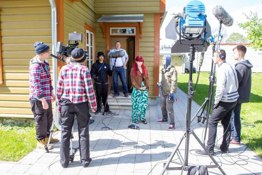 """Helsingi ametikooli (Stadin ammattiopisto) esimese kursuse õpilased tegid sel nädalal Saaremaal koolitöö raames lühifilme. Kokku filmiti kolmes grupis kolme erinevat filmi. Lühifilmi """"Koti"""" ehk """"Kodu"""" režissöör Veera Kulmala selgitas, et […]"""