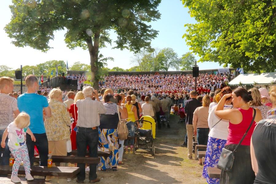 Kesklinnast alanud rongkäigus liiguti Kuressaare lossihoovi, et seal maha pidada Saaremaa 51. laulupidu. Fotod ja video: Irina Mägi