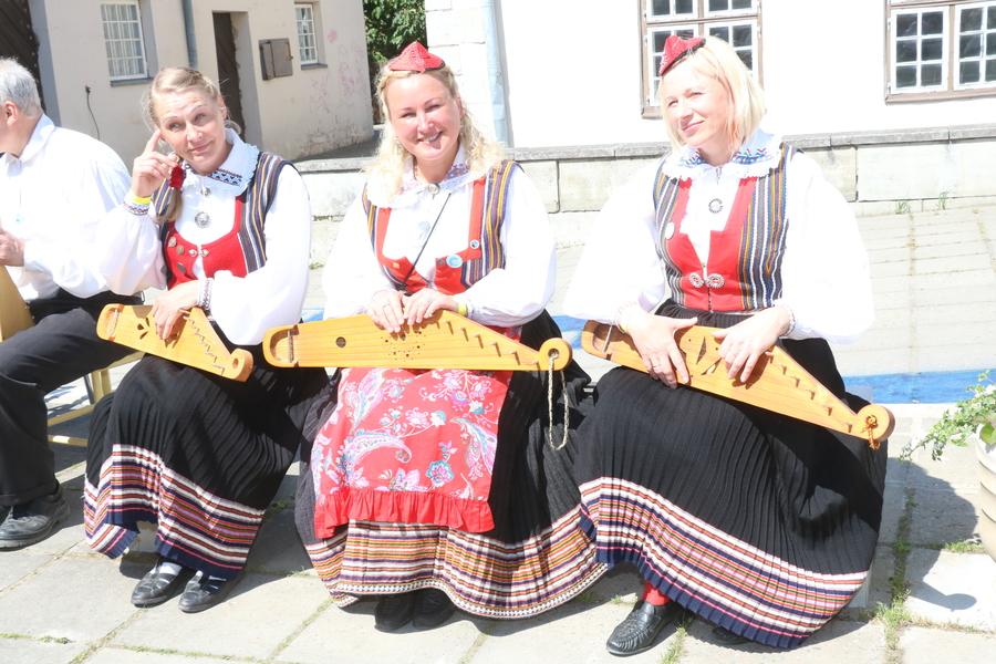 Saaremaa 51. laulupeo eel toimus Kuressaare erinevais paigus rahvamuusikute üllatuskontserte. Fotod ja video: Irina Mägi