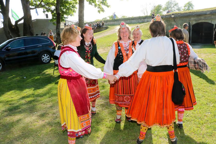 Laupäeval toimus Kuressaare lossihoovis Saaremaa 51. laulupidu. Pärast kontserdiosa suunduti aga südalinna, et seal üheskoos edasi lustida.