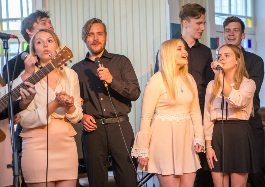 """Vokaalansamblid Särts ja Varsakabi andsid kolmapäeval Kuressaare kuursaalis meeleoluka kontserdi """"Liblikad kõhus"""". Inimeste huvi kontserdi vastu oli nii suur, et kõik ei mahtunudki saali, ja nii tuli osal publikust muusikat […]"""