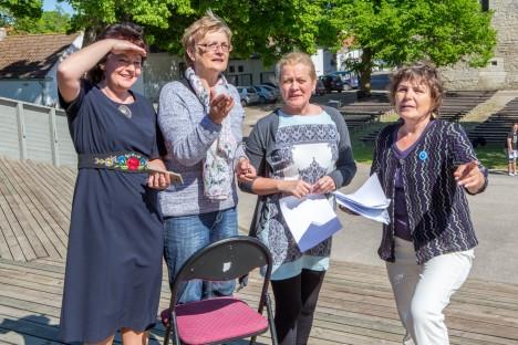 OOTUSÄREVUSES: Saaremaa laulupeo kunstiline juht Mai Rand (vasakult), peakorraldaja Valve Heiberg, lavastaja-stsenarist Marit Tarkin ja rahvapilliorkestrite üldjuht Õie Pärtel usuvad, et usin ettevalmistustöö annab meeleolukate kontsertide näol kõikidele pidulistele vägeva energialaengu. MAANUS MASING