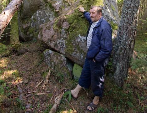RÄNDRAHNUGA: Enno Kolter Merise küla metsas peituva rändrahnu juures. Foto: Sander Ilvest