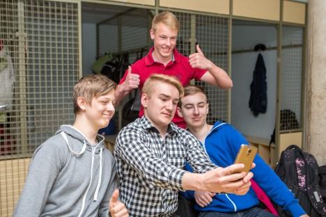 NAERATUS! Hendrik Niit, Kender Kirs, Samuel Arge ja Henry Sillart (punases särgis) ei näe vahetunnis nutitelefoni kasutamises midagi halba, vastupidi. Foto: Maanus Masing