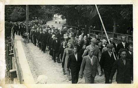TEEL HELGEMA TULEVIKU POOLE: Demonstratsioon Kuressaares 7. augustil 1940. Esiplaanil Aste lennuväebaasi ehitajad. SAAREMAA MUUSEUM