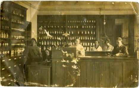 APTEEK: Maakonna apteegist sai 1922. aastal samuti arstiabi andmise koht, kuna haigla asus südalinnast päris kaugel.  Foto: SAAREMAA MUUSEUM