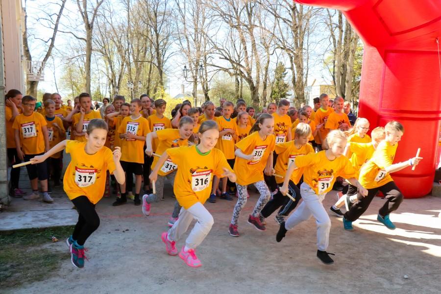 Eile tuli üle Eesti kokku rekordiliselt üle 9500 lapse, et joosta 21 linnas üle Eesti toimuval heategevuslikul teatejooksul. Saaremaal jooksis üle viiesaja 4.–9. klassi lapse. Fotol 4. klasside start. Lapsed […]