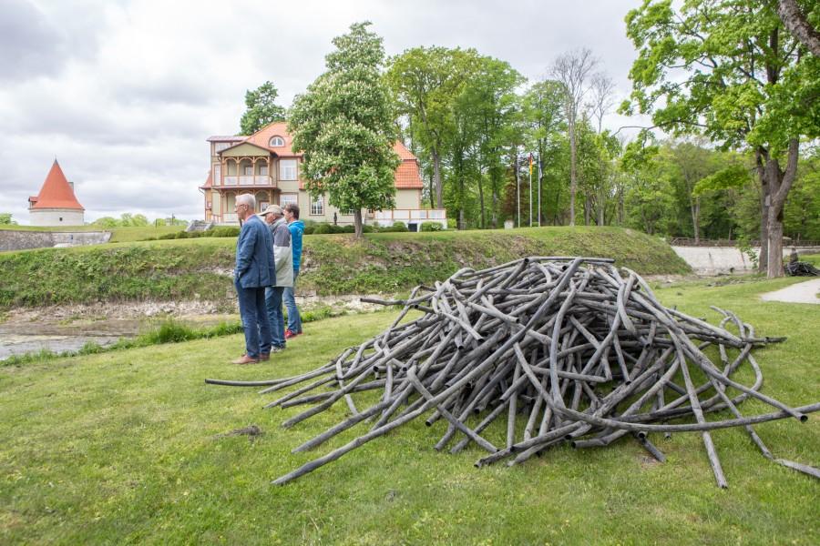 Ekesparre maja omanik Arti Arakas ütles Saarte Häälele, et linnuse vallikraavi põhjast leitud küttetorustik võeti üles tema palvel ning see täiesti töötav süsteem läheb uuendamisele. Saarte Hääl kirjutas eelmisel nädalal […]