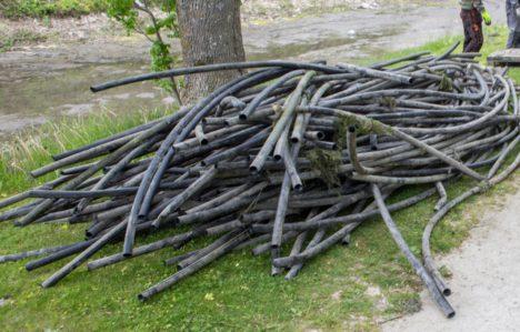 TORUD: Vallikraavist väljavõetud kunagise küttesüsteemi torusid on mitme hea hunniku jagu. MAANUS MASING
