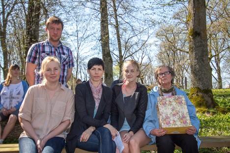 ROOBAKA AASTA EMA: Zoja Riik (paremal) koos poja Allani, tütarde Krista Riigi ja Kersti Kaubiga ning tütretütar Merilin Kaubiga. Aare Laine