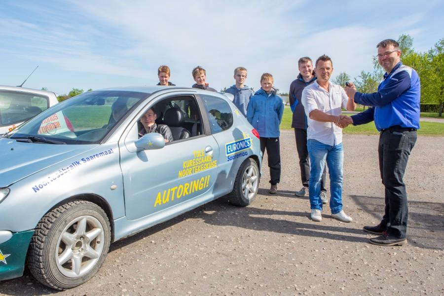Euronicsi kaupluse juht Kalvi Trei andis eile Kuressaare noorte huvikeskusele üle Peugeot 206, millega hakatakse ringi vurama autoringis. Huvikeskuse direktor Taniel Vares ütles Saarte Häälele, et autoringi Mitsubishi Colt on […]