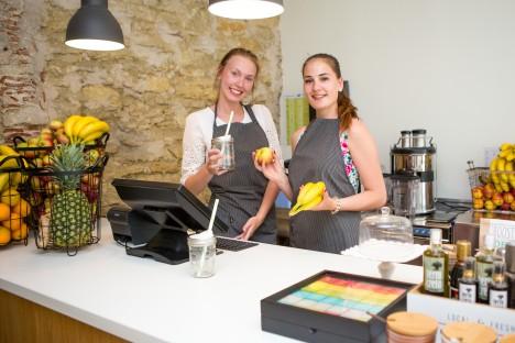 KRAPSAKAD: Brenda Parbus ja Kristel Tikerperi on valmis kliente teenindama. MAANUS MASING